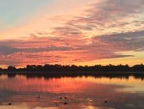 Sommersonnenaufgang auf dem Fluss Lizenzfreie Stockfotos