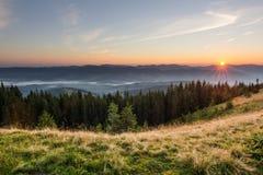 Sommersonnenaufganglandschaft in den Karpatenbergen stockbilder