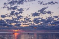 Sommersonnenuntergang auf dem Finnischen Meerbusen in Russland Lizenzfreies Stockbild