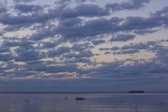 Sommersonnenuntergang auf dem Finnischen Meerbusen in Russland Stockfotografie