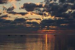 Sommersonnenuntergang auf dem Finnischen Meerbusen in Russland Stockbilder