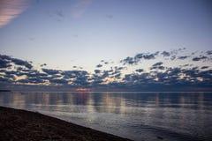 Sommersonnenuntergang auf dem Finnischen Meerbusen in Russland Lizenzfreie Stockbilder