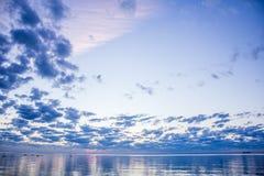 Sommersonnenuntergang auf dem Finnischen Meerbusen in Russland Lizenzfreie Stockfotos