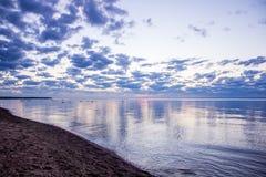 Sommersonnenuntergang auf dem Finnischen Meerbusen in Russland Lizenzfreies Stockfoto