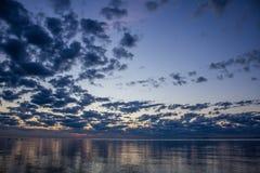 Sommersonnenuntergang auf dem Finnischen Meerbusen in Russland Stockfoto