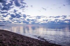 Sommersonnenuntergang auf dem Finnischen Meerbusen in Russland Stockbild