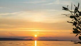 Sommersonnenuntergang auf dem Fluss Volga stock video footage