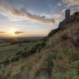Sommersonnenuntergang ?ber Brentor, mit der Kirche von St. Michael de Rupe - St Michael des Felsens, am Rand des Dartmoor-Staatsa lizenzfreies stockbild
