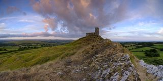 Sommersonnenuntergang ?ber Brentor, mit der Kirche von St. Michael de Rupe - St Michael des Felsens, am Rand des Dartmoor-Staatsa lizenzfreie stockfotos