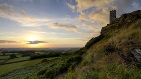 Sommersonnenuntergang ?ber Brentor, mit der Kirche von St. Michael de Rupe - St Michael des Felsens, am Rand des Dartmoor-Staatsa lizenzfreie stockbilder