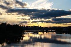 Sommersonnenuntergang ?ber dem Fluss stockfotos