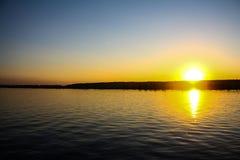Sommersonnenuntergang ?ber dem Fluss lizenzfreie stockfotos