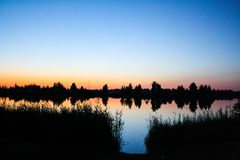 Sommersonnenuntergang ?ber dem See stockbild