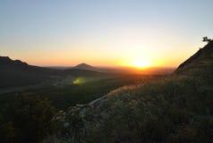 Sommersonnenuntergang in den Bergen Stockbild