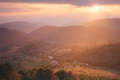 Sommersonnenuntergang in den Bergen Lizenzfreies Stockfoto