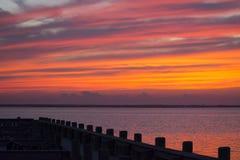 Sommersonnenuntergang am Jachthafen Lizenzfreie Stockfotos