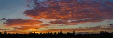 Sommersonnenuntergang mit Rot bewölkt Hintergrund Stockbild