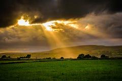 Sommersonnenuntergang mit Sonnenstrahlen durch Wolken stockbilder