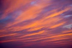Sommersonnenuntergangbeschaffenheit mit bunten Wolken Lizenzfreie Stockfotos