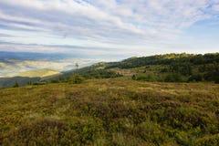 Sommersonnenunterganglandschaft in den Karpatenbergen stockfotos