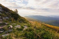Sommersonnenunterganglandschaft in den Karpatenbergen stockfoto