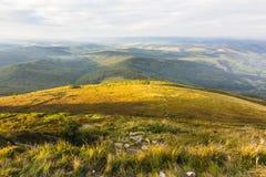 Sommersonnenunterganglandschaft in den Karpatenbergen lizenzfreies stockbild
