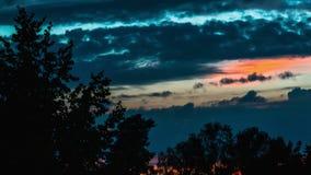 Sommersonnenunterganglandschaft mit den Wolken, die über den Himmel, Zeitversehen laufen stock video footage