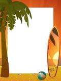 Sommersonnenuntergangrand mit Palme und Surfbrett Stockbild