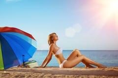 Sommerspaß-Feiertagsfrau auf Sommerlandschaft mit Regenbogen umbrel Lizenzfreies Stockbild