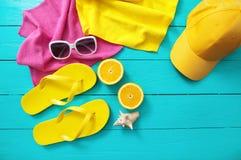 Sommerspaßzeit und -Zubehör auf blauem hölzernem Hintergrund Spott hoch und Kopienraum Stockfoto