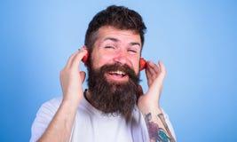 Sommerspitzenradiodiagramm Sommerschlagkonzept Kerl genießen saftige solide Sommerschlagliedmusik Rotes reifes des bärtigen Hippi stockbilder