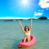 Sommersport im Kajak auf einem Meer Stockbild