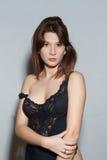 Sommersprossige Frau, tragende Unterwäsche, Kamera betrachtend Lizenzfreies Stockfoto