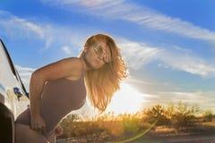 Sommersprossiger blonder vorbildlicher Posing Outdoors At-Sonnenuntergang Lizenzfreies Stockbild