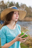 Sommersprossiges Mädchen im Hut, der mit Anmerkung steht und weg schaut Lizenzfreies Stockbild