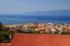 Sommerstadtbild mit roten Dächern und blaues Meer in Rijeka Kroatien Lizenzfreies Stockfoto