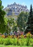 Sommerstadtpark am Mittag, am hellen sonnigen Tag, an den Bäumen mit Schatten und am grünen Gras Stockbilder