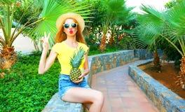 Sommerstimmung! Modefrau hält eine Ananas Stockbilder