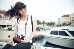 Sommerstrand-Frauenspaß, der die Retro Kamera der Weinlese lacht und lächelt glücklich während der Sommerferien-Ferienreise anhäl stockbild