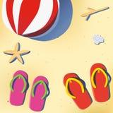 Sommerstrand mit Sandale- und Wasserball Stockfotos