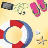 Sommerstrand mit Schwimmen Ring und Smartphone Stockfoto