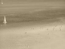 Sommerstrand und Segelnboote Stockfoto