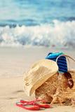 Sommerstrandbeutel auf sandigem Strand Lizenzfreies Stockbild