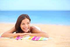Sommerstrandfrau, die das Sonnenlächeln genießend ein Sonnenbad nimmt Stockfotos