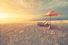 Sommerstrandtourismusferienurlaubsreise-Hintergrundkonzept Romantische Paare der entspannenden Familie des Glückes romantischen i lizenzfreies stockbild