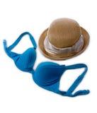Sommerstrohhut und blauer Bikinibüstenhalter stockfoto