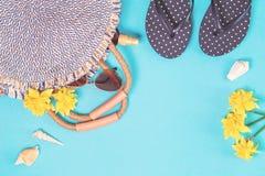 Sommerstrohtasche und Flipflops auf blauem Hintergrund stockfoto