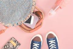 Sommerstrohtasche und -geldbeutel auf rosa Hintergrund lizenzfreies stockbild
