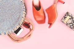 Sommerstrohtasche und -geldbeutel auf rosa Hintergrund lizenzfreie stockfotos