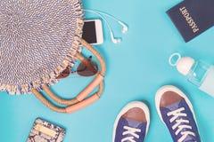 Sommerstrohtasche und -paß auf blauem Hintergrund lizenzfreie stockfotografie